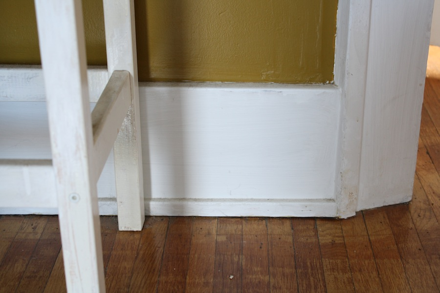 A diy baseboard trim tutorial part 1 of 2 merrypad for Baseboard and door trim